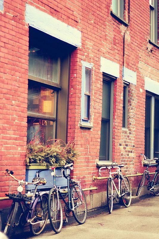 Canos por todos os lugares?  Café Santropol | Montreal  #bike #bicycle #bicicleta