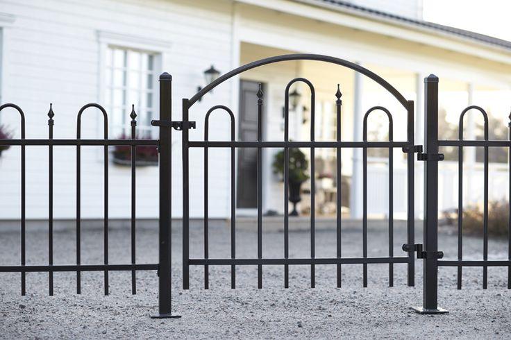 Stålstaket Våra gedigna grindar och staket i stål har 1,2 mm gods som är galvaniserat och därefter zinkbehandlat för bästa hållbarhet. Svart pulverlack skänker ytan en perfekt finish