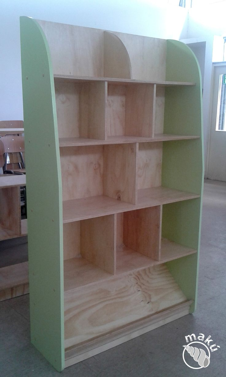 Biblioteca fija, se exhiben los libros por el lomo, 7mo básico a 4to medio.