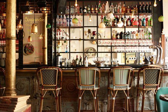 Voici donc le café, restaurant Kafka, lieu tout nouveau à Barcelone qui a déjà trouvé sa clientèle et offre une ambiance chaleureuse entre vieux bistro et resto branché. Outre une carte bien alléchante (couteaux, homards, huitres, jambon…) ce lieu de caractère à l'atmosphère vintage semble parfait pour boire un ou plusieurs verres dès la sortie du travail et jusqu'à tard dans la nuit…