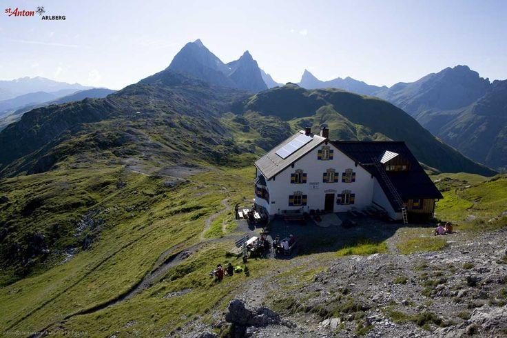 Die Leutkircher Hütte (2251 m) am Almajurjoch hoch über St. Jakob am Arlberg.
