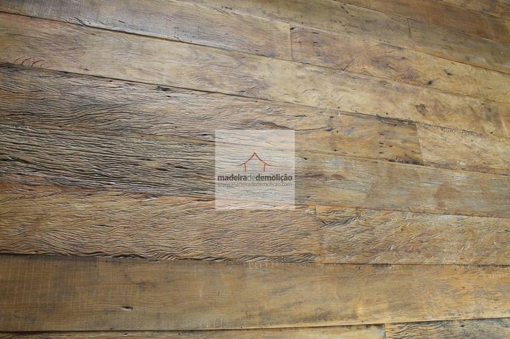 A madeira de demolição é recebida em sua forma bruta para depois ser preparada com um tratamento especial, fazendo de cada tábua uma peça de características únicas. Acesse www.madeiradedemolicao.com
