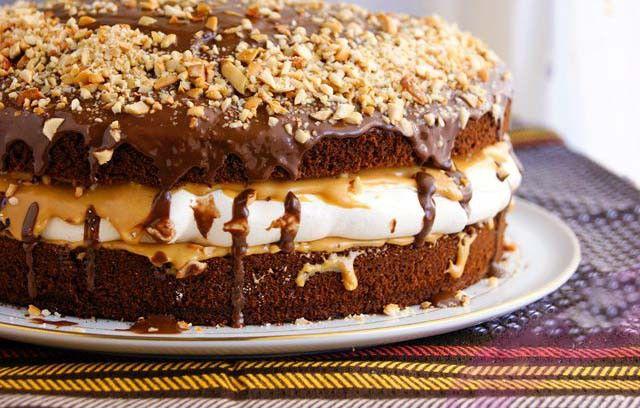 Máte rádi tyčinku snickers? Vyzkoušejte si připravit tento nenáročný dort podle fotopostupu. Vypadá, že postup je náročný, ale opak je pravdou. Hotová mňamka!
