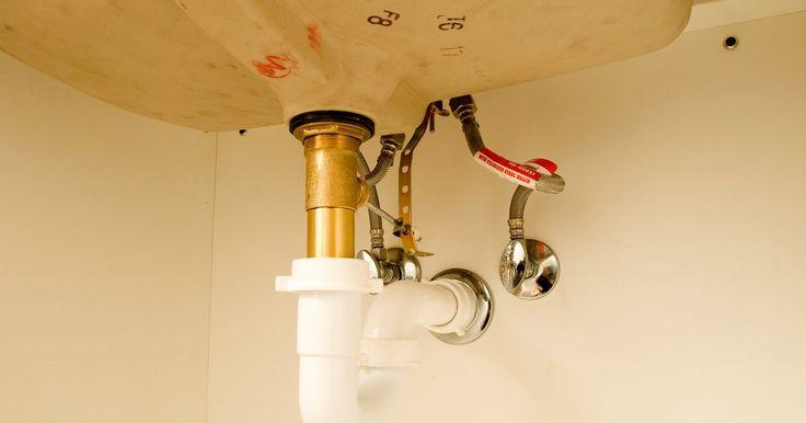 Como colocar uma pia e uma torneira. Se você está instalando uma pia no banheiro ou na cozinha, o processo é o mesmo. A maioria dos códigos de construção das cidade exigem um encanador licenciado para preparar as válvulas de entrada de água e esgoto. Com elas no lugar, você mesmo pode terminar a instalação da pia com algumas ferramentas básicas de carpintaria e a instalação de algum ...