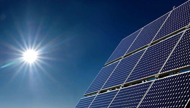 """Google utilizará energía 100 por ciento renovable para 2017   Todos los centros de datos y las oficinas de la gigante de tecnología se sostienen de la energía solar o eólica.    Si eres un usuario de los servicios de Google te puedes sentir menos culpable por tu consumo de energía porque este martes la gigante de tecnología anunció que en 2017 logrará que todos sus centros de datos y sus oficinas alrededor del mundo utilicen energía 100 por ciento renovable.  """"Somos unas de las primeras…"""