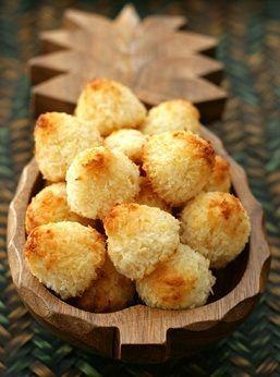 Ecco per voi la ricetta per preparare dei favolosi biscotti al cocco con gli albumi, deliziosi e profumati ma anche più leggeri di quelli tradizionali.