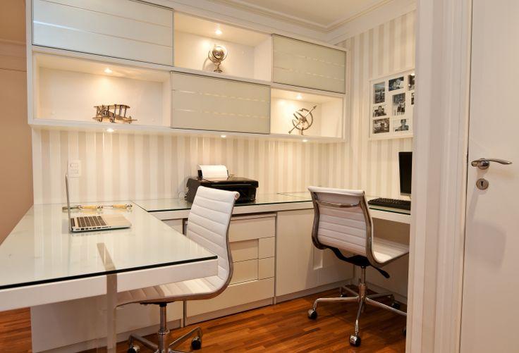 Que tal trabalhar em um escritório igual esse? Seu design moderno e cores leves, deixam o ambiente mais harmonioso e mais gostoso de se trabalhar. Inspire-se!! Mais