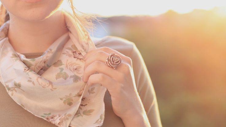 кольцо, рот, рука, фон, розочка, настроения, зубы, одежда, брюнетка, кофта, темноволосая, щирокоформатные обои, платок, цвет, шарф, солнце, бежевый, цветочки, роза, аксессуар, девушка, губы, цветы, бижутерия, полноэкранные