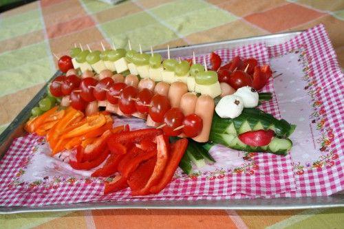 Gemüse Krokodil mit Knackwürstchen für einen Kindergeburtstag