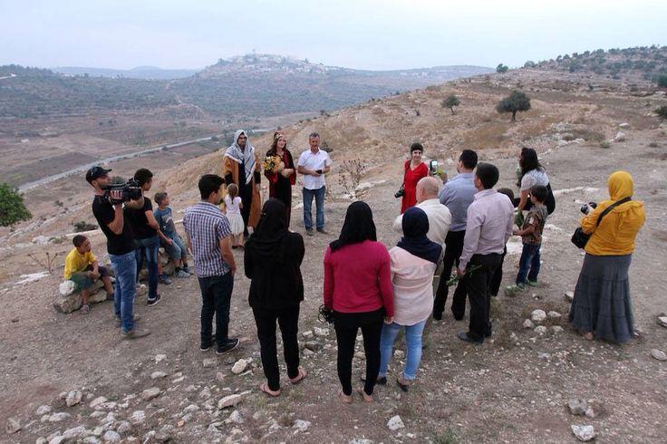 #صور.. متضامنان أجنبيان يقيمان زفافهما في قرية النبي صالح شمال غرب رام الله، تضامناً مع الشعب الفلسطيني ضد الاستيطان.