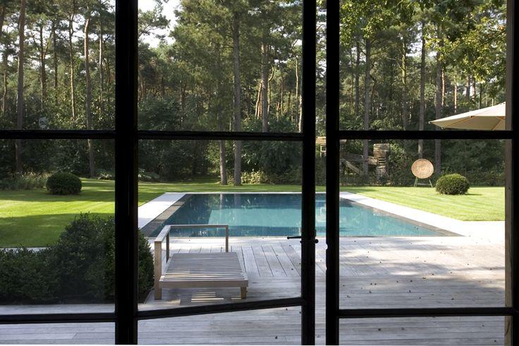 Prachtige poolhouse in landelijke stijl met stalen deuren
