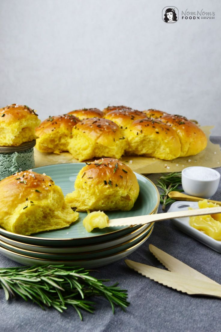 Süßkartoffel Brötchen mit Rosmarin und Meersalz dazu Honig-Butter / sweet potato rolls with rosemary and sea salt with honey butter