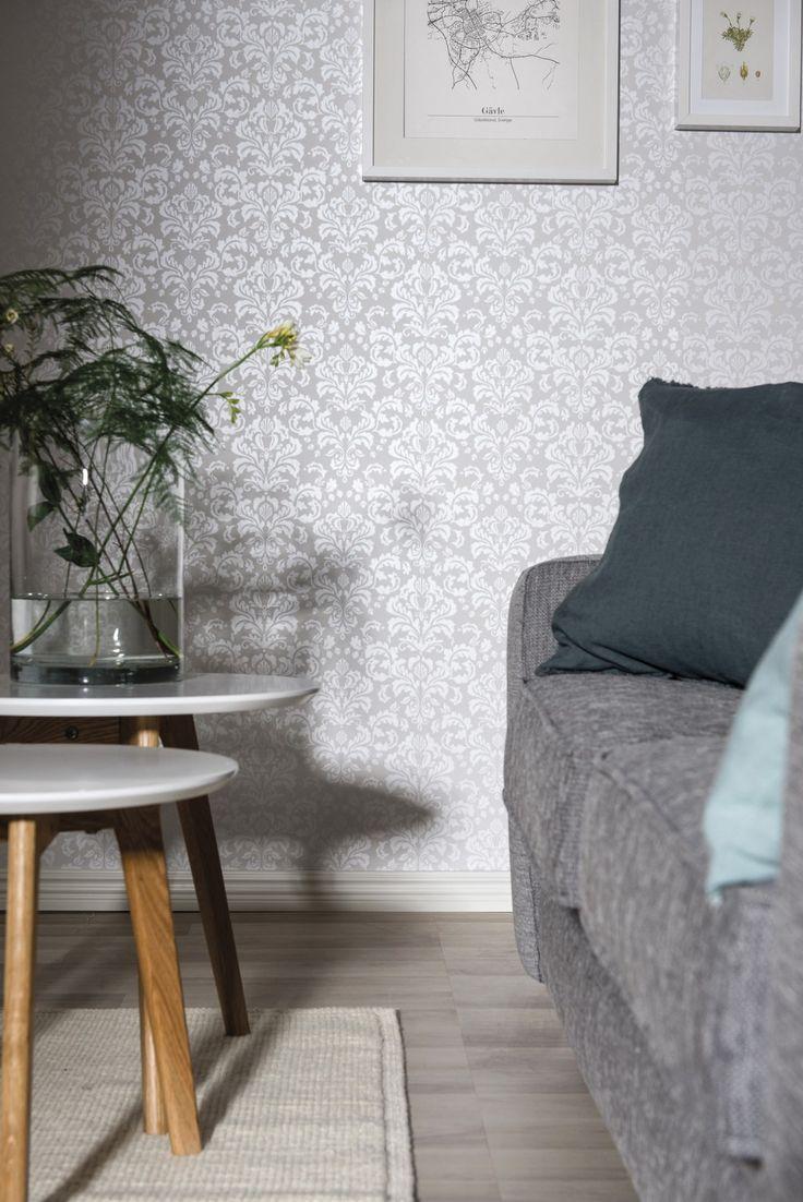 Hva synes du om tapet i skandinavisk damask? Skaper en elegant stemning på stua. Fin metallgrå farge. #bolig #stue #interiør #hjem