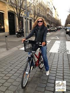 Mª Victoria Ortuño Martín, abogado, con su bici por la calle Jorge Juan (Madrid)