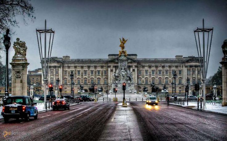 Букингемский дворец – #Великобритания #Англия #Лондон (#GB_ENG) Букингемский дворец - место, возле которого обязательно должен потолпиться, потолкаться и поснимать церемонию смены караула (с апреля по август каждый день в 11:30) каждый уважающий себя лондонский турист!  ↳ http://ru.esosedi.org/GB/ENG/1000194488/bukingemskiy_dvorets/