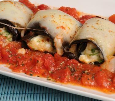 Stuffed eggplant with ricotta, herbs and tomatoe sauce    Μελιτζανορολά στο φούρνο με Μετσοβόνε και σάλτσα ντομάτας