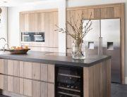 Houten keuken met granieten aanrecht