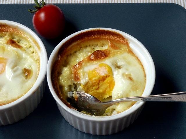 Запеченные яйца с луком-пореем и сливками