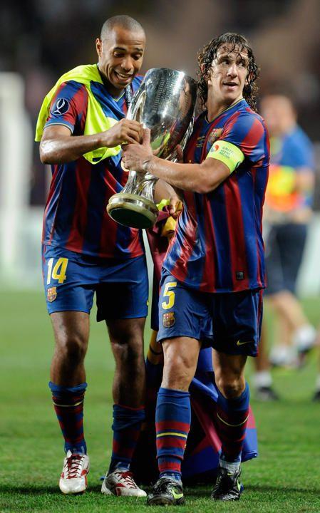 Abrazando uno de sus logros. Carles Puyol | El adiós de un mito