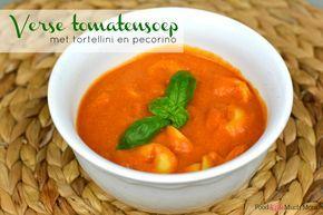 Verse tomatensoep met tortellini en pecorino kaas is echt zo ontzettend lekker. Een heerlijk vullend soepje!