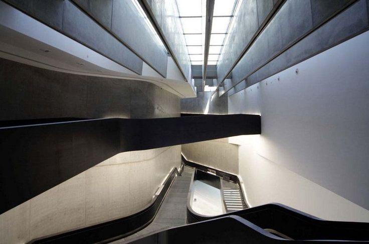 O Maxxi (Museo Nazionale delle Arti del XXI Secolo), desenhado pela premiada arquiteta anglo-iraquiana Zaha Hadid, tem alas dedicadas a arte e arquitetura, mas cinema e fotografia também têm espaço nas salas de exibição