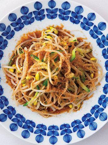 サラダは冷たい…というイメージがありますが、もやしで温サラダというのはいかがでしょうか? 寒い冬でも、温かいサラダならおいしく頂けますよね。めんつゆを使って、シャキシャキたくさん食べれちゃいます。