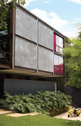 A fachada era uma caixa fechada. A reforma expôs a estrutura de aço e subst...
