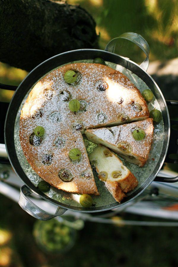 """Anielskie ciasto z agrestem - Angel food cake wirh gooseberry. Recipe in Polish [""""Angel Food Cake to klasyczne amerykańskie ciasto pieczone na samych białkach jaj, bez dodatku masła i oleju. Ciasto jest puszyste, lekko gąbczaste, nieco przypominające biszkoptowe wypieki.""""]"""