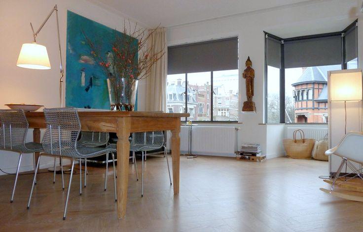 Frank Weil - appartement jaren 30 - antiek teakhouten tafel - visgraat parket