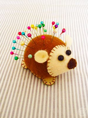 DIY porcupine pincushion Idea. Just lovely (web link in Spanish). You get the idea, make a circle, add face: genius! xox