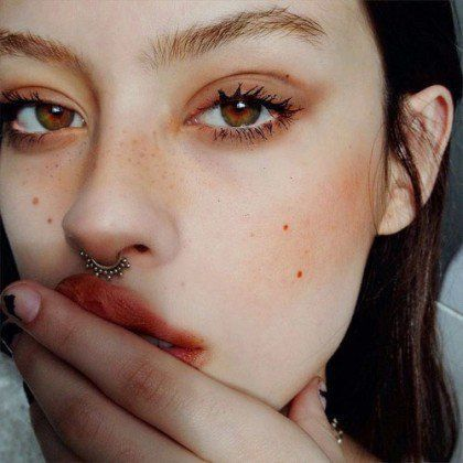 Retro 90s Grunge Makeup Look: Pale glow, red lips, red blush & red hues around t...