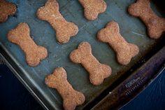 Veja aqui como fazer essa receita super fácil de biscoitos caseiros para cachorros. Nossos amiguinhos de quatro patas vão se deliciar!