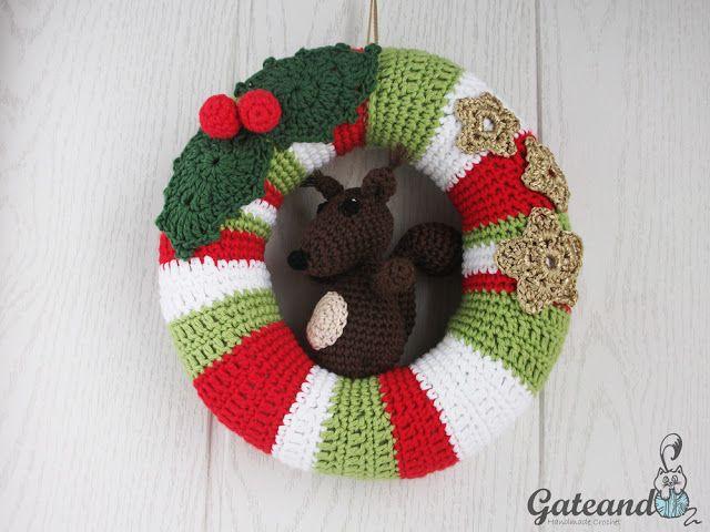 Christmas wreath. Opens the door to Christmas. Corona de Navidad.