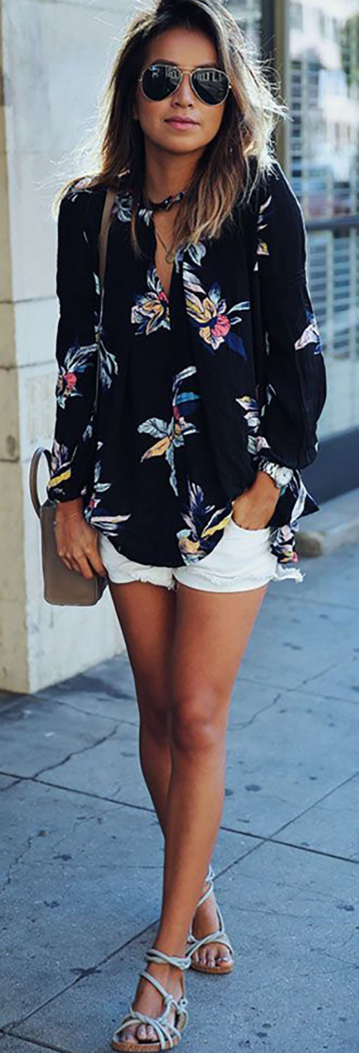 Look básico para o verão com shorts jeans branco, camisa estampada e sandália