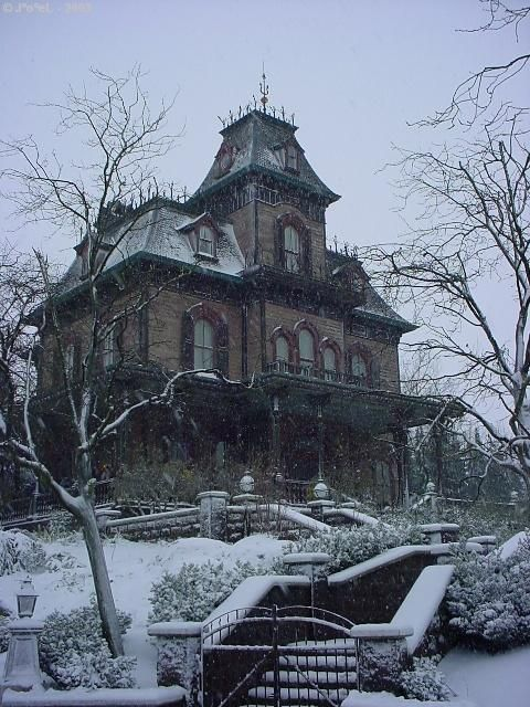 Beautiful. This would be such a cool place to visit! I wonder if someone still lives there...