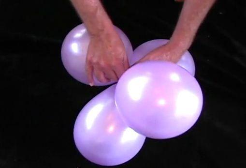Zelf ballonnenboog maken - bevestig twee paren van aan elkaar geknoopte ballonnen door  twee ballonnen rond de knoop te draaien