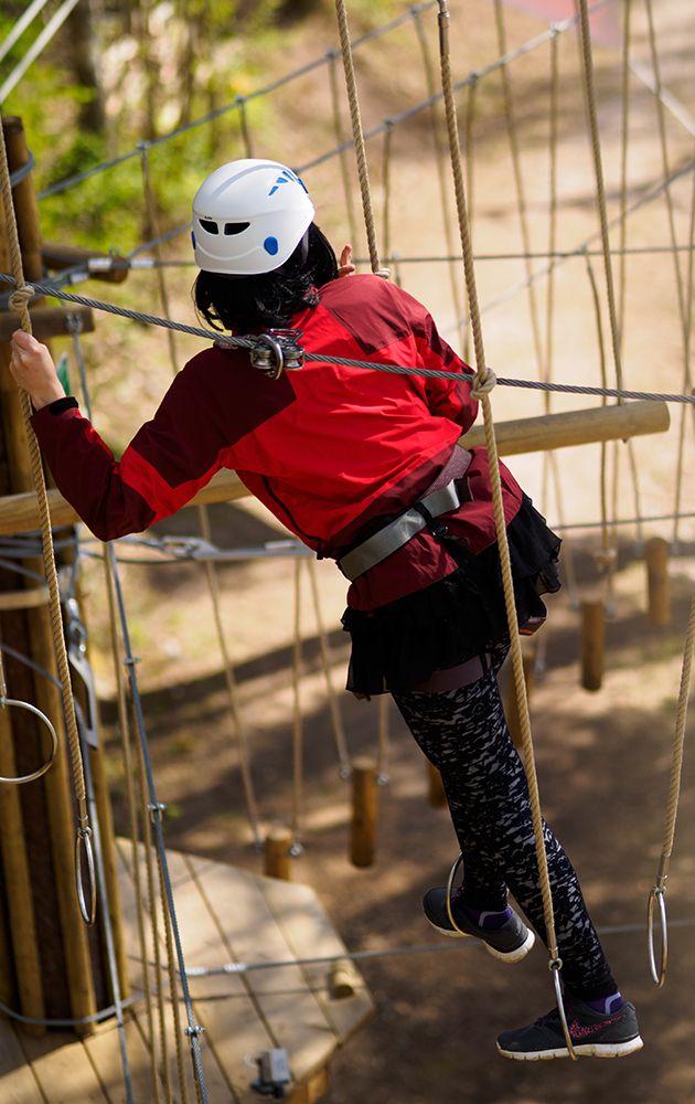 Punaisella Lemmes-radalla saa taiteilla renkaissa.  On the red course you can master a ring challenge.  #seikkailupuistohuippu #highropescourse #espoo #finland
