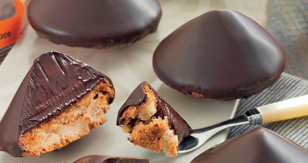 Lækker konditorkage fra Conditori La Glace: en makron toppet med chokoladecreme og overtrukket med mørk chokolade.