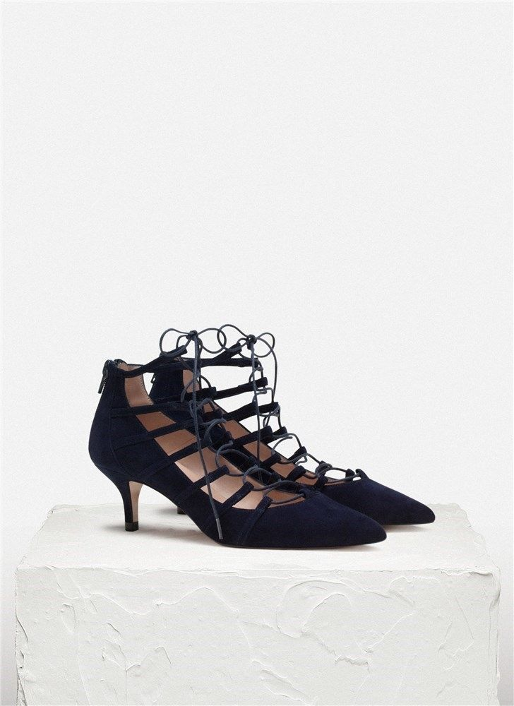 Zapato de tacón medio con tiras atadas .