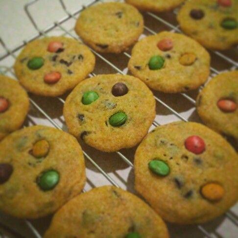 Chocochip cookies  Diadaptasi dari resepnya spiceupthecurry. Kukis ini, kl dlm bhs inggerisnya, chewy inside crispy outside. Anak dan suami saya sukak. Saya jg sukak sih. Hebatnya lagi kukis ini tidak pake telur. Yess...yess..yess....