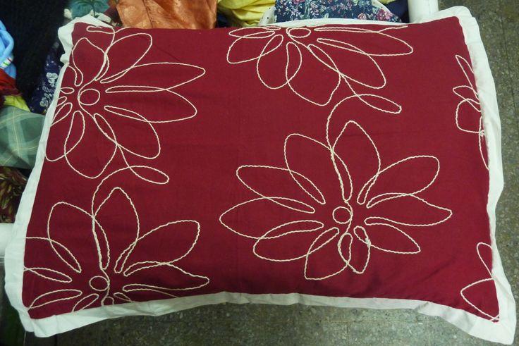 Cojín rojo con bordado de flores, es la novedad que necesita tu habitación