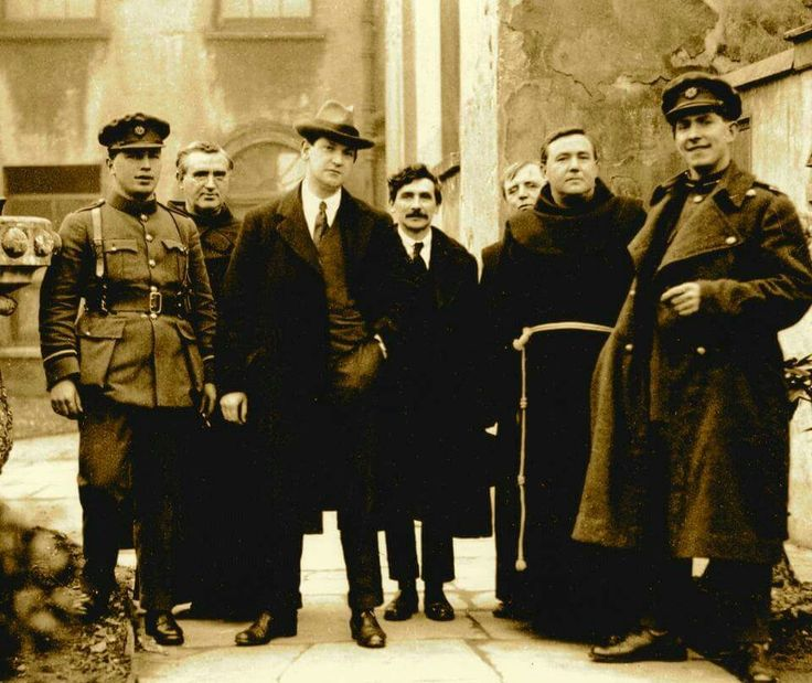 Michael Collins (centre) and Seán MacEoin (far right)