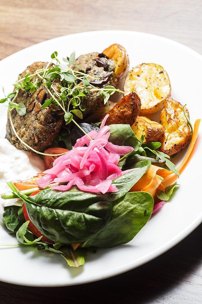 Stockholm är i mångas ögon en hälsosam och matmedveten stad, men det är inte alltid vi belyser just de gröna och köttfria haken. Vad hände egentligen med det vegetariska köket? Har vi stockholmare helt tappat bort det gröna köket någonsta...