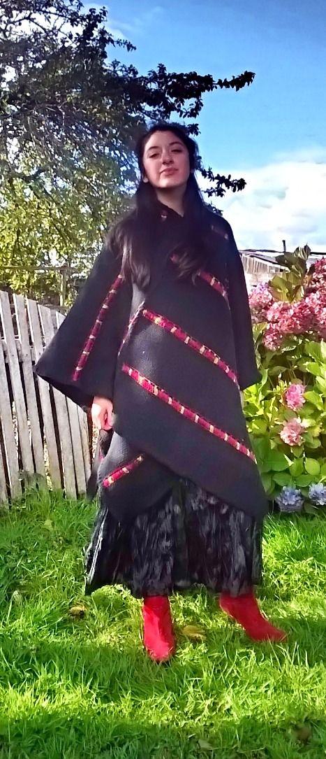 Capa amplia, confeccionada en telar mapuche y en lana natural. Es una prenda que da mucha versatilidad a la hora de usarla.