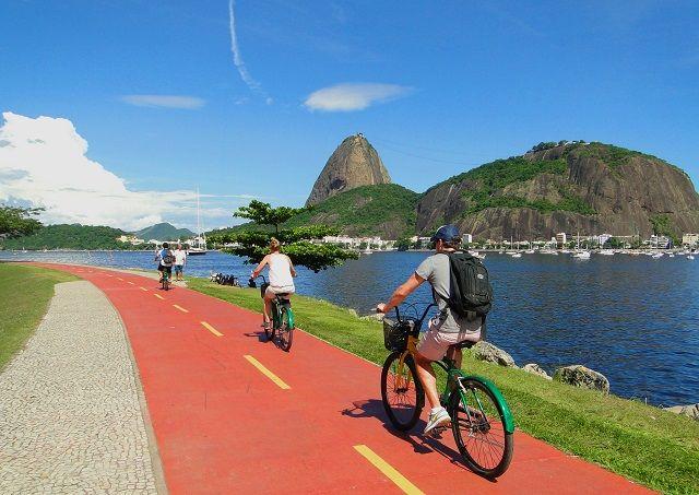 Pela orla da Baía de Guanabara, iremos até o Parque Aterro do Flamengo, o maior complexo de lazer da cidade, que foi construído após sucessivos aterros na Baía de Guanabara.  Informações e reservas: www.nattrip.com.br
