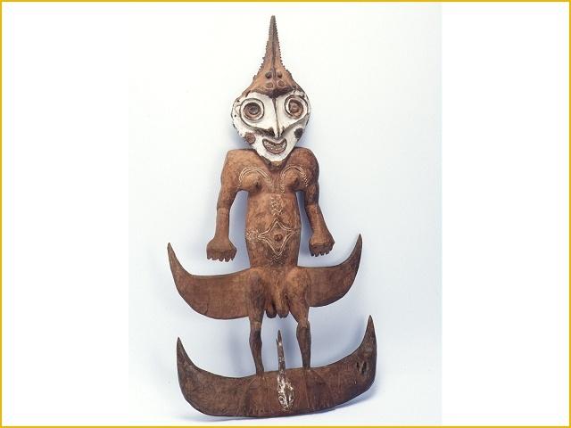 Houten ophanghaak in de vorm van mannenfiguur met op het hoofd de zaag van een zaagvis (Tropenmuseum)