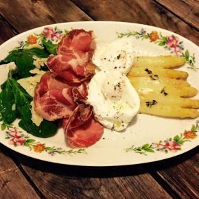 Frischer Beelitzer Spargel im Ofen gratiniert mit pochierten Eiern, Coppa und Thymianbutter…