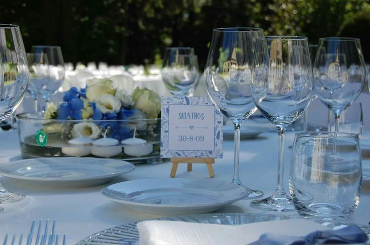 Mise en place per un elegante  matrimonio nei colori del blu! Centrotavola con ortensie blu e bianche e segna posto con cavalletto. Elegant wedding!