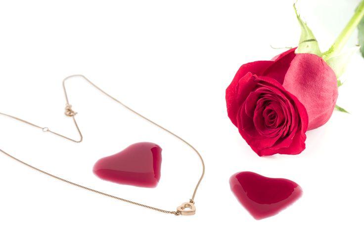 Till henne. Ett rött guld hjärta halsband 1622:-. Denna design finns även som armband och örhängen. Fri frakt!