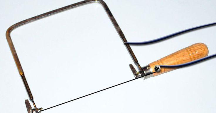 ¿Cómo obtener un cuchillo caliente para cortar la espuma de poliestireno?. La espuma de poliestireno es un material muy versátil, que se utiliza en los trabajos de muchos aficionados que van desde aviones a control remoto hasta la remodelación de su casa. Hay muchas maneras diferentes de cortar y dar forma a este material. Una manera efectiva de cortar la espuma de poliestireno es el uso de un cuchillo de hoja caliente. ...